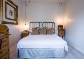 Dormitorio de matrimonio en marrones y blancos amplio