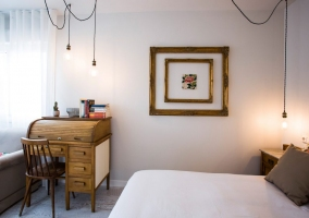 Dormitorio de matrimonio en marrones y cuadros