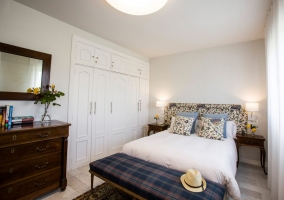 Dormitorio de matrimonio floral amplio