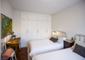Dormitorio doble con armarios en color blanco