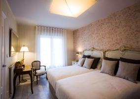Dormitorio doble con papel pintado amplio