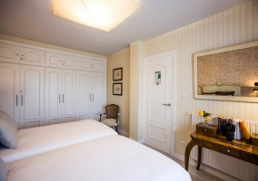 Dormitorio doble con papel pintado y armario