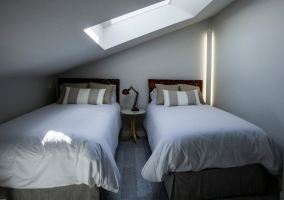 Dormitorio doble con tragaluz amplio