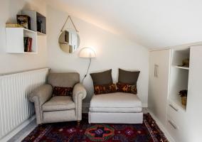 Dormitorio doble con tragaluz y sillones