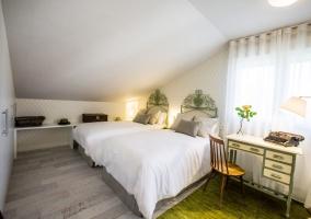 Dormitorio doble verde amplio con escritorio