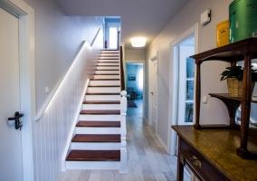 Entrada a la casa con escaleras en blanco