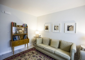 Sala de estar con sus cuadros en blanco