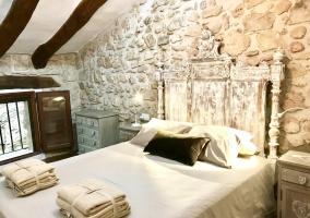 Dormitorio con cama de matrimonio y otra individual
