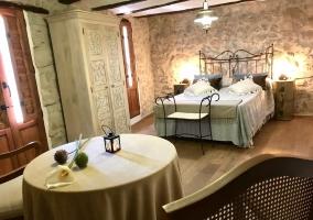 Dormitorio con cama de matrimonio y suelos de madera