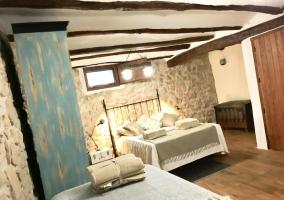Dormitorio con cama de matrimonio y mesa redonda