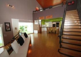 Sala de estar con chimenea y luces indirectas
