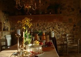 Comedor amplio con paredes de piedra