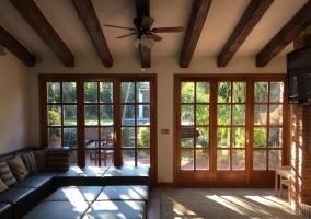 Sala de estar con cristalera y vistas