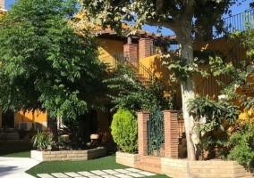 Jardín y acceso a la casa