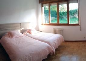 Dormitorio con un par de camas juntas