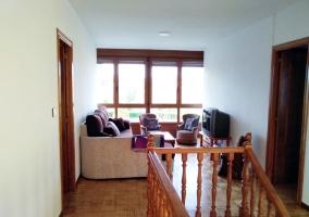 Sala de estar con la chimenea en el frente