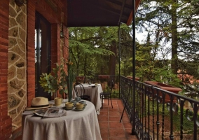 Amplia terraza de la casa con mesas
