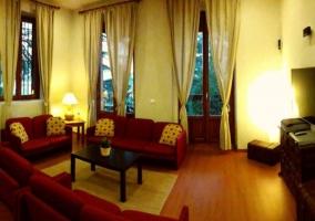 Sala de estar con sillones rojos