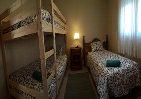 Dormitorio con cama de matrimonio y estructura de madera