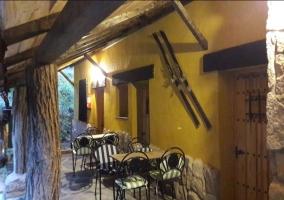 Vistas del porche de la casa con mesa y sillas