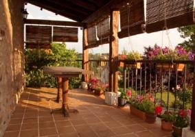 Fachada con jardín