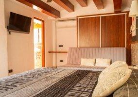 Dormitorio de matrimonio y tele de plasma