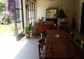 Sala de estar y comedor junto a los jardines