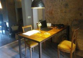 Sala de estar y espacio de comedor al lado