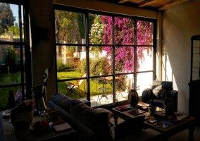 Sala de estar y los jardines desde las cristaleras
