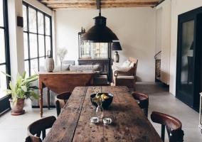 Sala de estar y zona de comedor con mesa