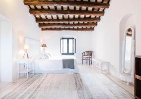 Suite amplia con vigas de madera