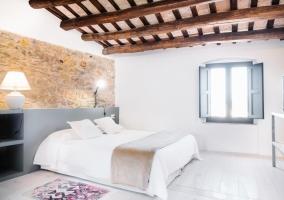 Suite con frontal de piedra amplio y ventanas