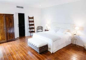 Suite con pared de piedra amplia y armario