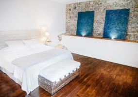 Suite con pared de piedra amplia y luces