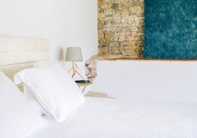 Suite con pared de piedra amplia y mesillas