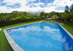 Amplia piscina entre las zonas exteriores