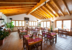 Restaurante con varias mesas para comer