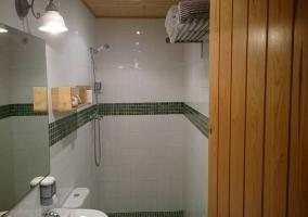 Aseo en blanco y verde con ducha