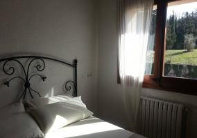 Dormitorio de matrimonio con su ventana