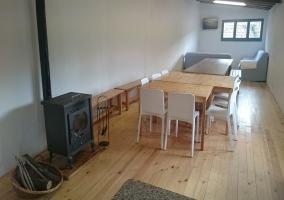 Sala de estar común con comedor y chimenea