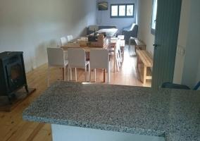 Sala de estar común con mesa y cocina al lado