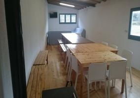 Sala de estar común con mesa y sillones