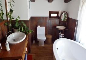 Aseo de la casa en madera con plantas