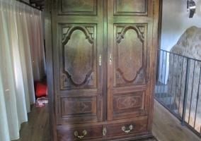 Dormitorio con su armario de madera
