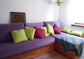 Sala de estar con la tele de plasma