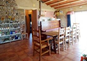 Cocina con zona de comedor y mesa alargada