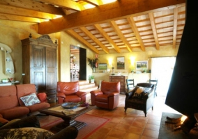 Sala de estar con la chimenea