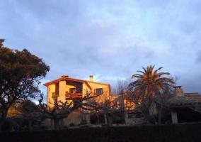 Vistas de la casa con zonas verdes