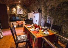 Comedor y paredes de piedra