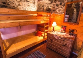 Dormitorio con litera y mueble
